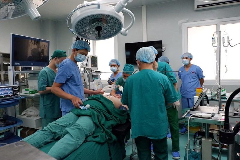 Mở lồng ngực, cho tim phổi nhân tạo thở thay để cứu người - ảnh 1