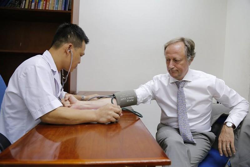 Đại sứ Liên minh châu Âu tại Việt Nam hiến máu đang khan hiếm - ảnh 1