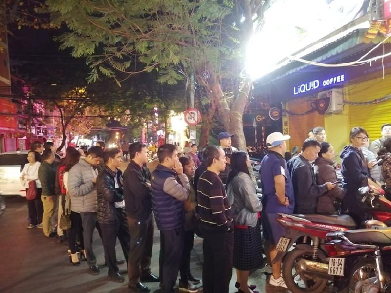 Người Hà Nội xếp hàng từ 4 giờ sáng mua vàng ngày Thần Tài - ảnh 1