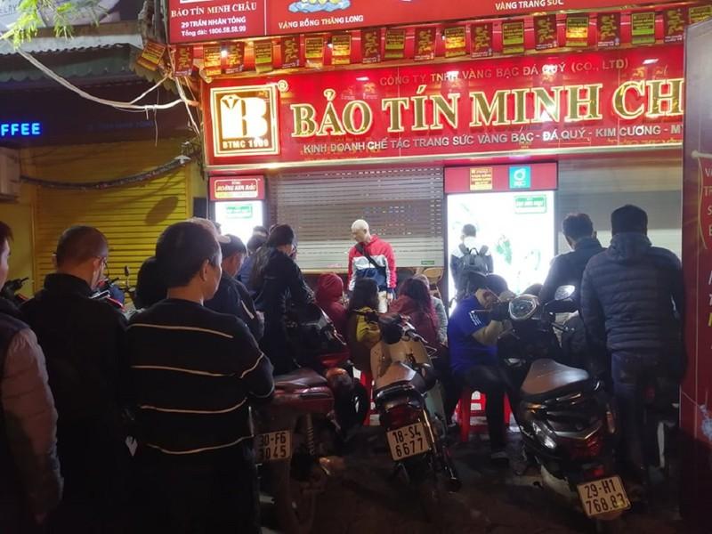 Người Hà Nội xếp hàng từ 4 giờ sáng mua vàng ngày Thần Tài - ảnh 2