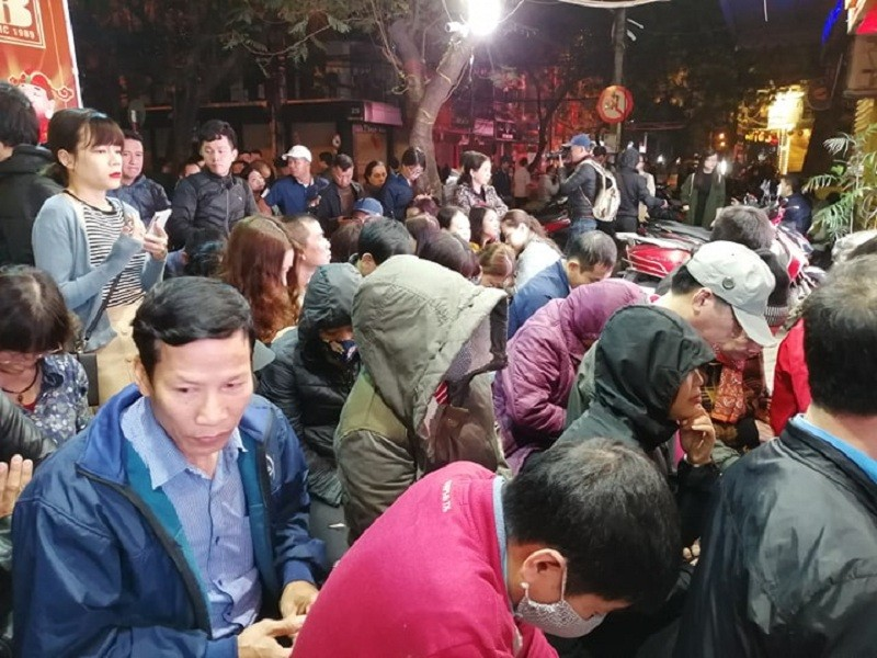 Người Hà Nội xếp hàng từ 4 giờ sáng mua vàng ngày Thần Tài - ảnh 3