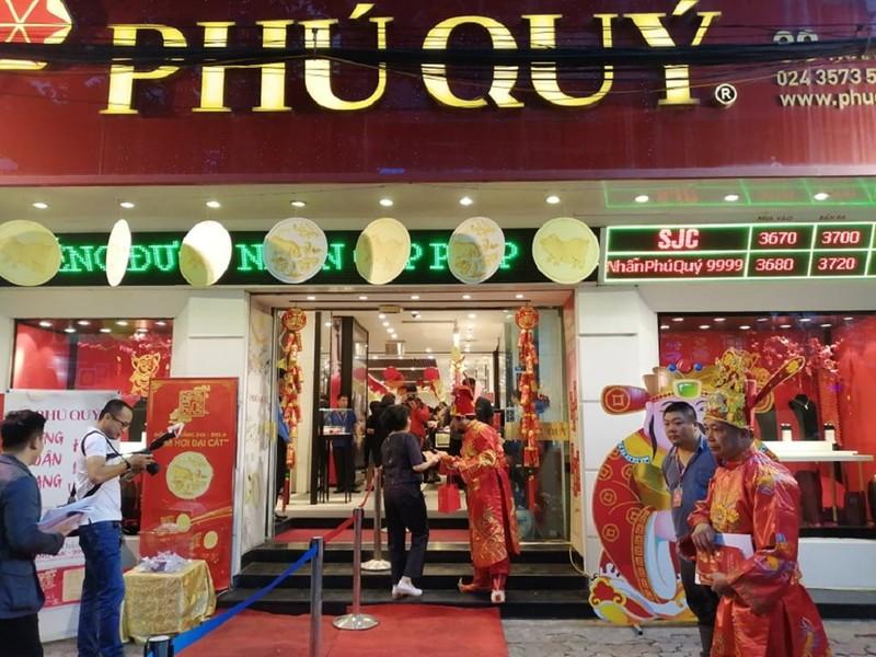 Người Hà Nội xếp hàng từ 4 giờ sáng mua vàng ngày Thần Tài - ảnh 5