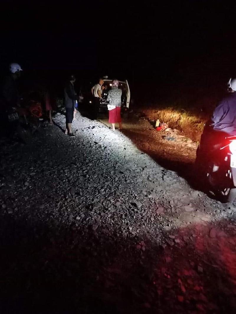 Bác sĩ dùng đèn xe chiếu sáng cứu sản phụ đẻ rơi giữa rừng  - ảnh 1