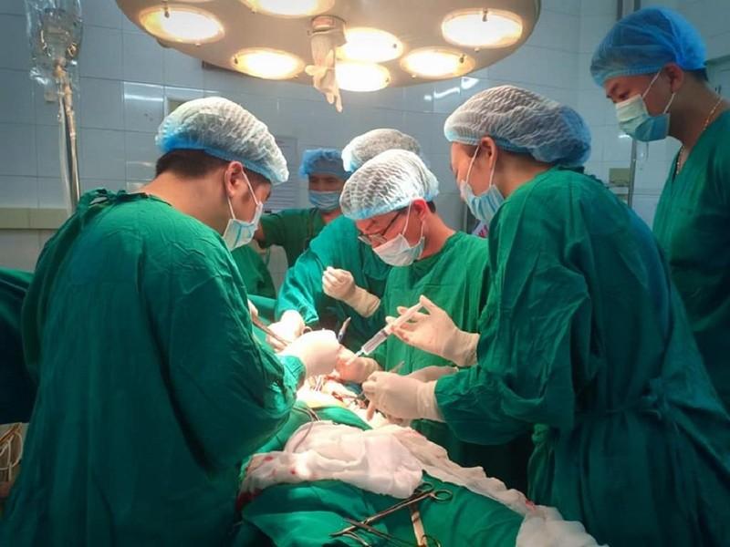 Bất cẩn, người đàn ông bị kéo đâm thủng màng tim - ảnh 1