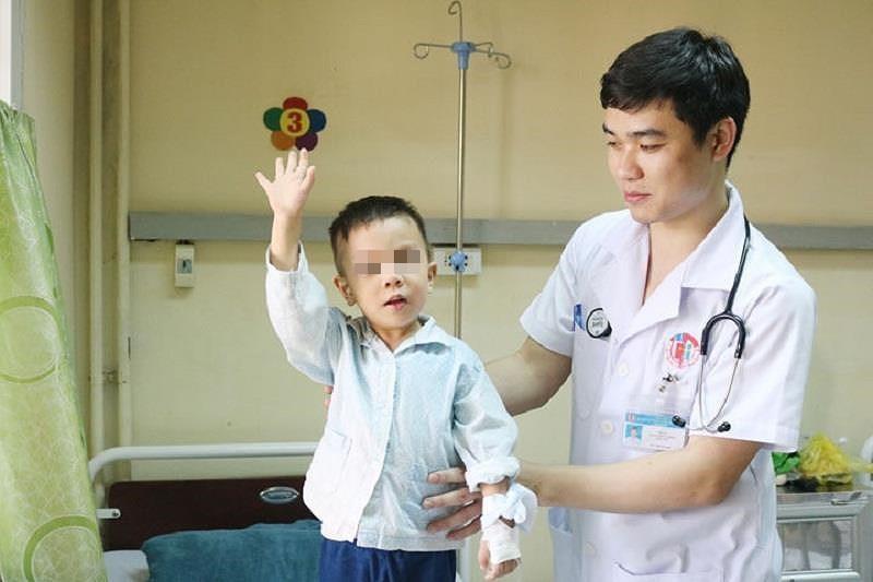 Mắc hội chứng lạ, bé 3 tuổi liệt hai chân sau giấc ngủ trưa - ảnh 1