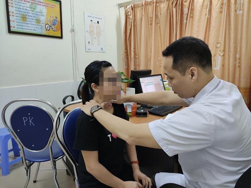 Nhờ thầy lang chữa bệnh, cô gái bị loét vùng cổ trầm trọng - ảnh 1
