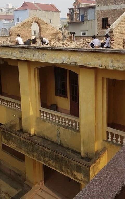 8 học sinh bị phạt lên mái nhà đẽo gạch dưới trời nắng gắt - ảnh 1
