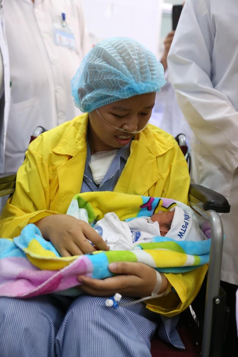Người mẹ ung thư nỗ lực sinh con nghẹn ngào khi ôm con lần đầu - ảnh 1