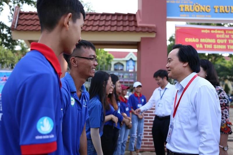 Thí sinh Đắk Lắk bất ngờ vì được Bộ trưởng Nhạ đến hỏi thăm - ảnh 1