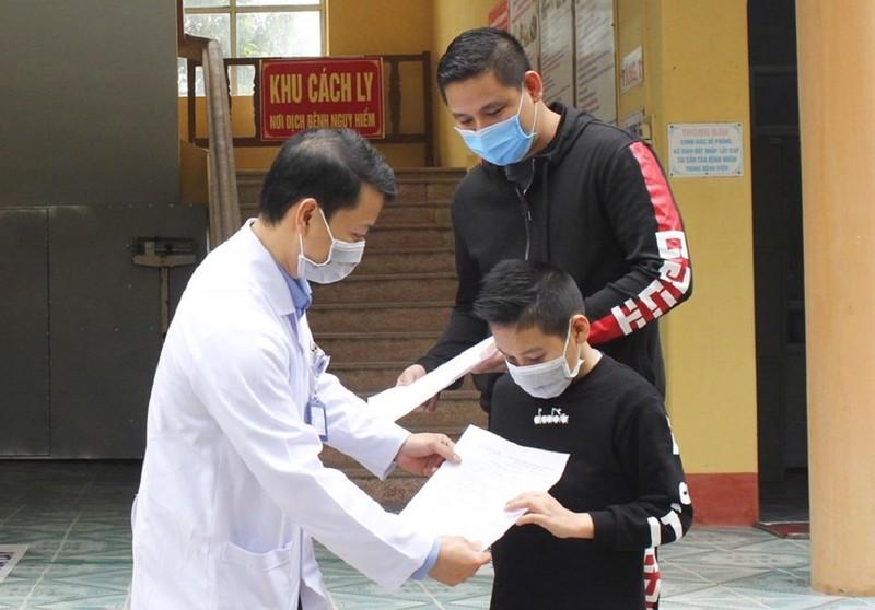 Bé trai người Anh nhiễm COVID-19 được Việt Nam chữa khỏi bệnh - ảnh 1