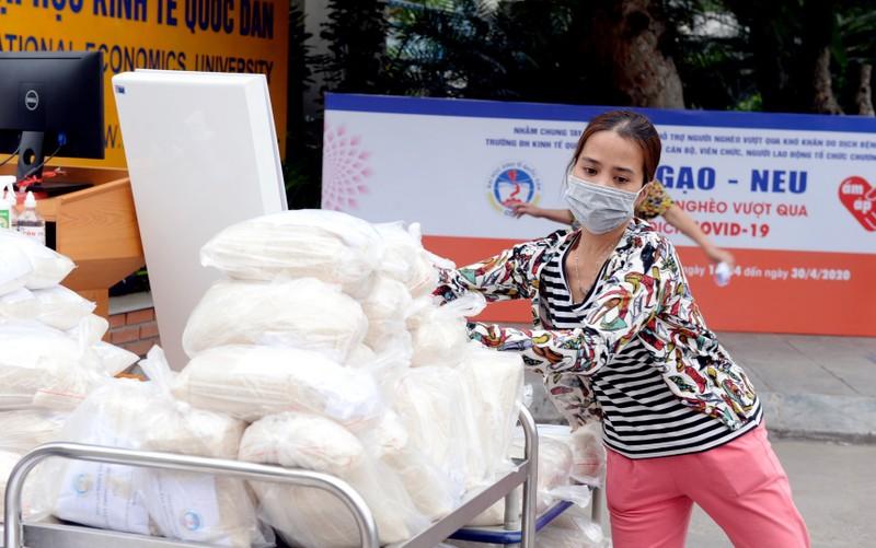 Trường đại học ở Hà Nội góp 15 tấn gạo tặng người nghèo - ảnh 2