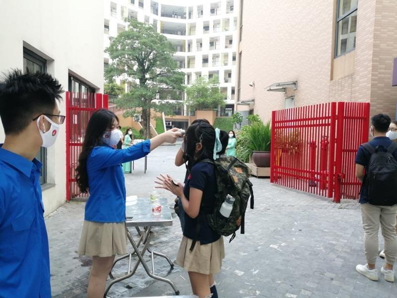 Ngày đầu trở lại trường HS đều đeo khẩu trang, giữ khoảng cách - ảnh 1