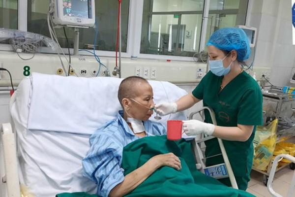 Bác gái bệnh nhân 17 hồi phục ngoạn mục, vẫy tay chào bác sĩ  - ảnh 1