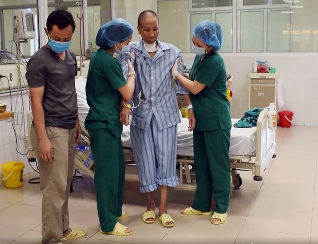 Hôm nay 27-5,  bác gái bệnh nhân 17 được xuất viện - ảnh 1