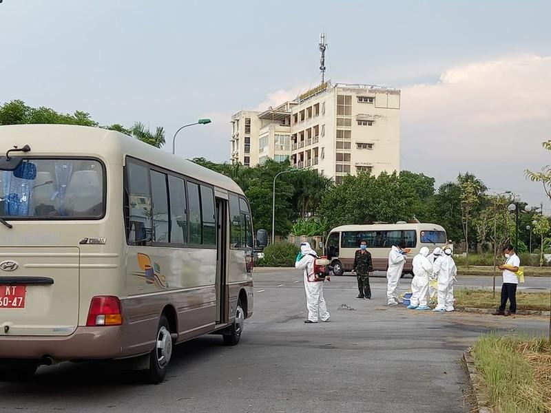 120 bệnh nhân COVID-19 ở Guinea đã về đến BV Bệnh Nhiệt đới - ảnh 1