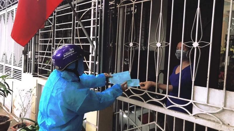 Dịch COVID-19: Người dân TP Chí Linh dùng tem phiếu đi chợ - ảnh 1