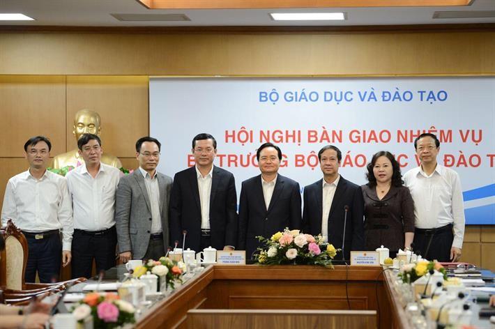 Nguyên bộ trưởng Bộ GD&ĐT Phùng Xuân Nhạ bàn giao nhiệm vụ - ảnh 1