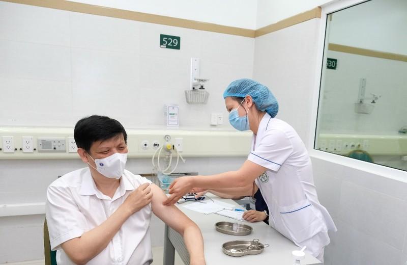 Bộ trưởng Bộ Y tế tiêm vaccine COVID-19 - ảnh 1