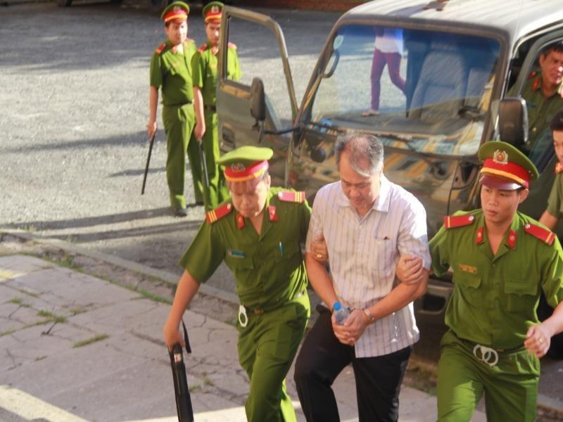 Bị cáo Phạm Công Danh được dẫn đến phiên xử