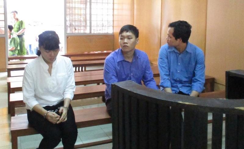 Ba chị em bị cáo Ly, Long, Luận lúc toà nghị án