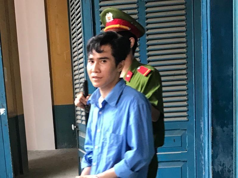 Bị cáo Nam được dẫn giải về trại sau phiên toà