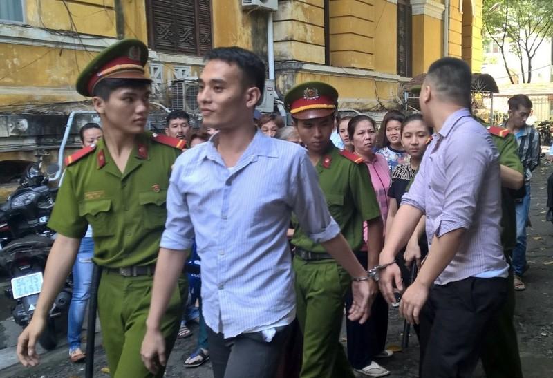 Hai bị cáo được dẫn giải về trại giam sau phiên xử