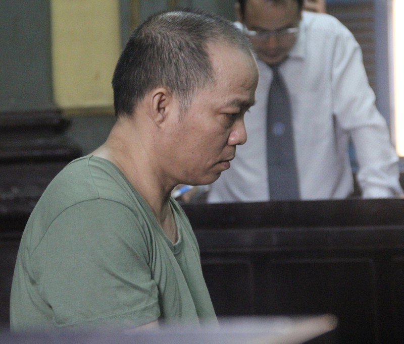 Bị cáo Tiền đang nghe luật sư vào chữa cho mình tại toà