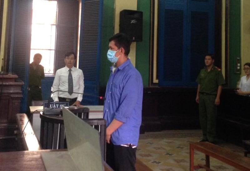 Bị cáo Hùng đang nghe toà tuyên án