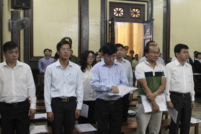 Báo chí được đăng hình bị cáo tại phiên tòa - ảnh 1