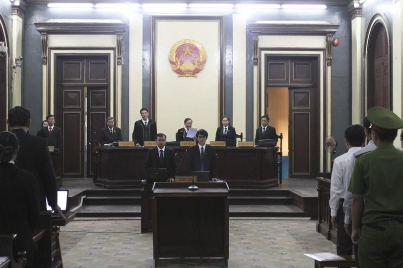 Báo chí được đăng hình bị cáo tại phiên tòa - ảnh 2
