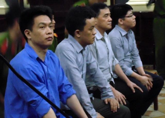 Vụ buôn lậu xe Việt kiều, hai cán bộ công an bị xét xử - ảnh 1