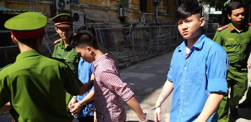 Nhóm thanh niên chuyên cướp giật các chai xịt khử mùi  - ảnh 1