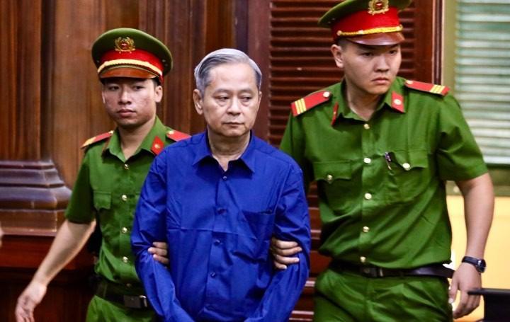 Ông Nguyễn Hữu Tín và các bị cáo đã đến tòa - ảnh 1