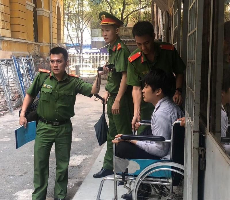 Trộm xong hối hận trả lại tiền, ra tòa ngồi xe lăn khóc  - ảnh 1