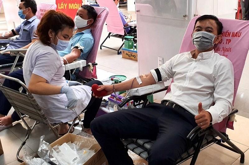 Thẩm phán, thư ký TAND TP.HCM hiến máu cứu người - ảnh 1