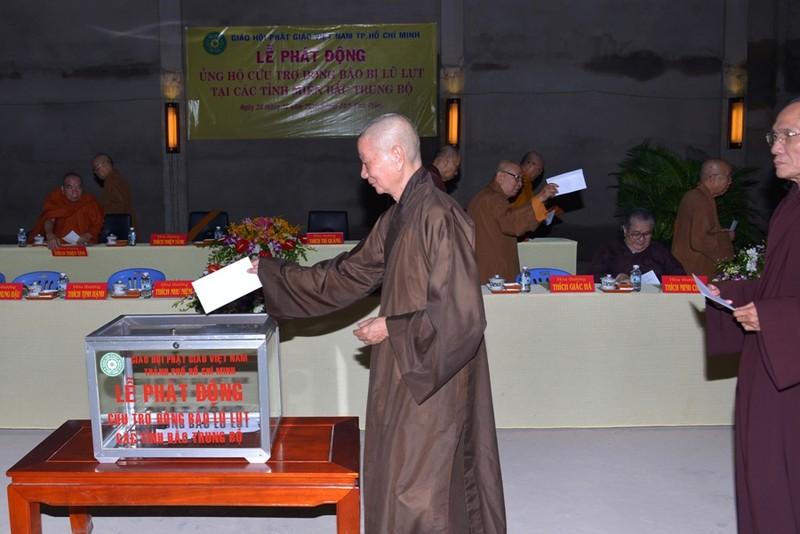 Các chư tôn hòa thượng tham gia đóng góp cho đồng bào vùng lũ