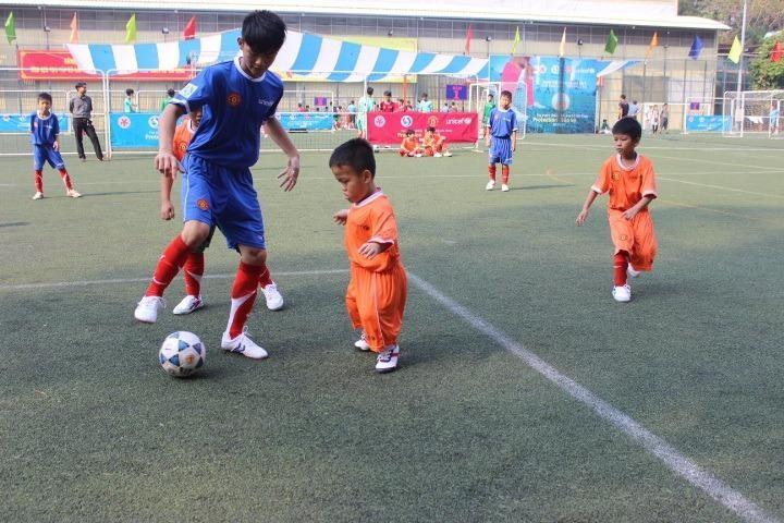 Cầu thủ nhí Lương Hoàng Thông tranh bóng quyết liệt cùng đồng đội