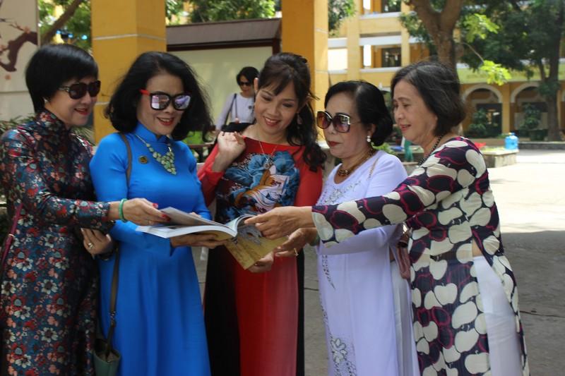 Cựu nữ sinh Trưng Vương nô nức diện áo dài đi gặp mặt - ảnh 2