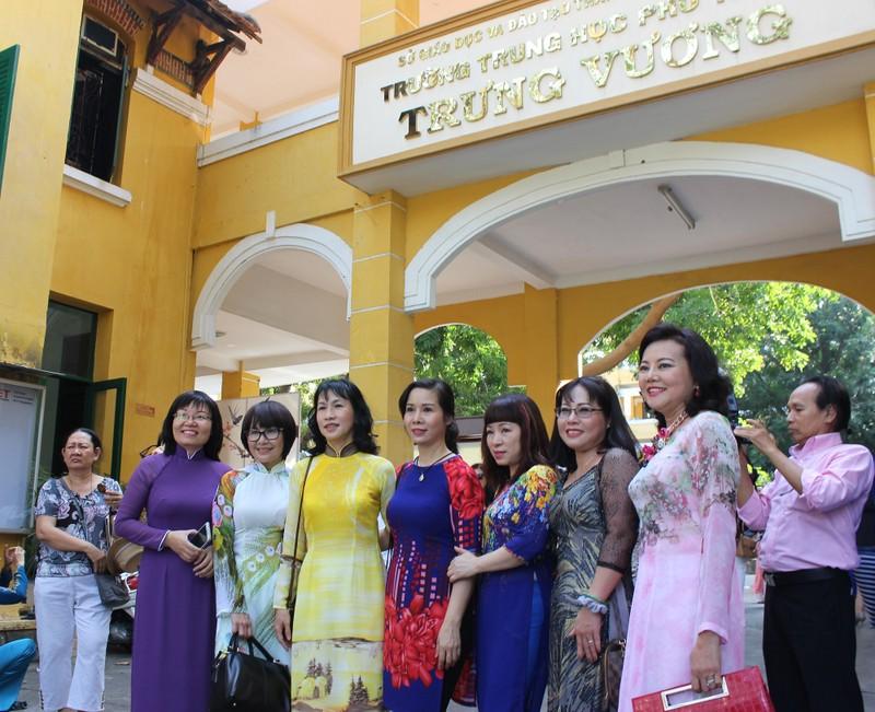 Cựu nữ sinh Trưng Vương nô nức diện áo dài đi gặp mặt - ảnh 1