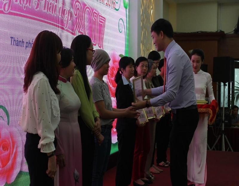 Ban tổ chức trao 42 phần quà động viên tinh thần các chị em gặp khó khăn