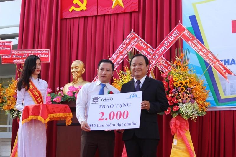 Phó Thủ tướng Trương Hòa Bình đội mũ bảo hiểm cho HS - ảnh 7