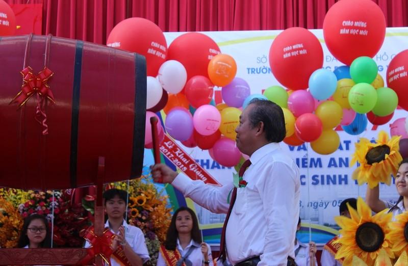 Phó Thủ tướng Trương Hòa Bình đội mũ bảo hiểm cho HS - ảnh 2