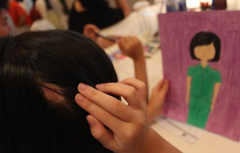 Bé gái mơ thành công an để cứu trẻ bạo hành - ảnh 1