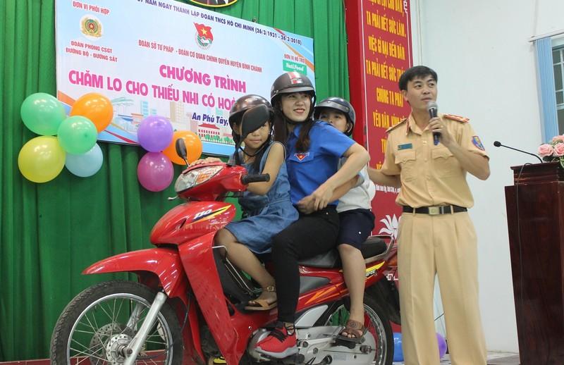 Mẹ con hào hứng học pháp luật về an toàn giao thông - ảnh 4