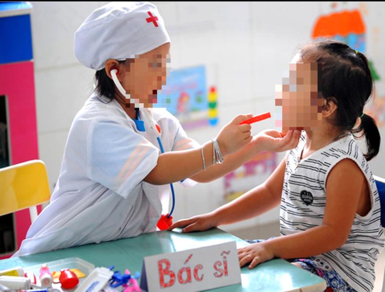 Chơi trò bác sĩ - bệnh nhân, 2 bé gặp nguy vì uống nhầm thuốc  - ảnh 1