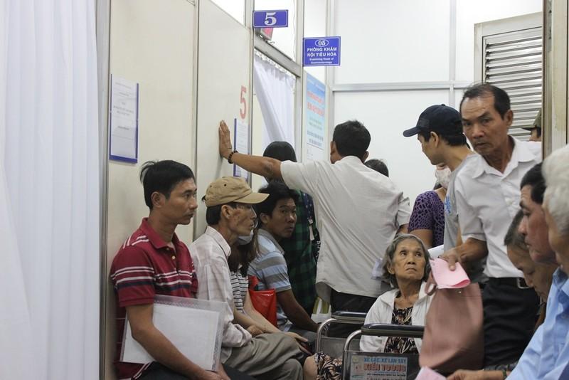 Người dân than phải chờ khám lâu với bộ trưởng Bộ Y tế  - ảnh 2
