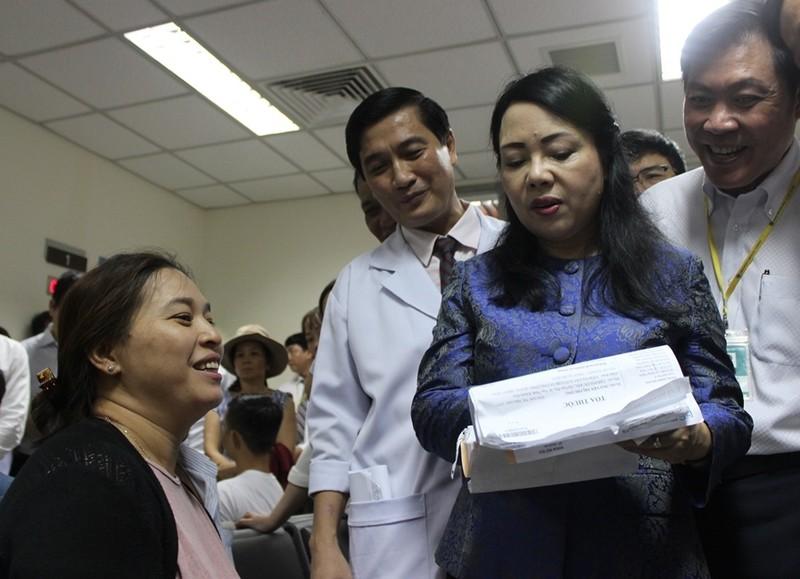 Người dân than phải chờ khám lâu với bộ trưởng Bộ Y tế  - ảnh 1