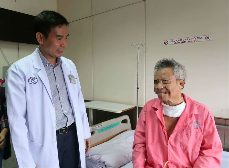 Bác sĩ Singapore khuyên bệnh nhân ung thư về BV Chợ Rẫy trị  - ảnh 1