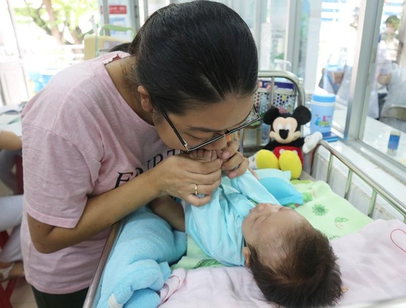 Bé sơ sinh bị bệnh hiếm chỉ 40 người trên thế giới mắc phải - ảnh 1