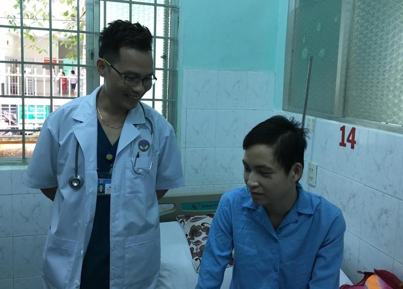 Điều máy lọc máu, bác sĩ từ TP.HCM lên Tây Nguyên cứu tân binh - ảnh 1